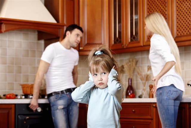 Child hurt between parents quarrel