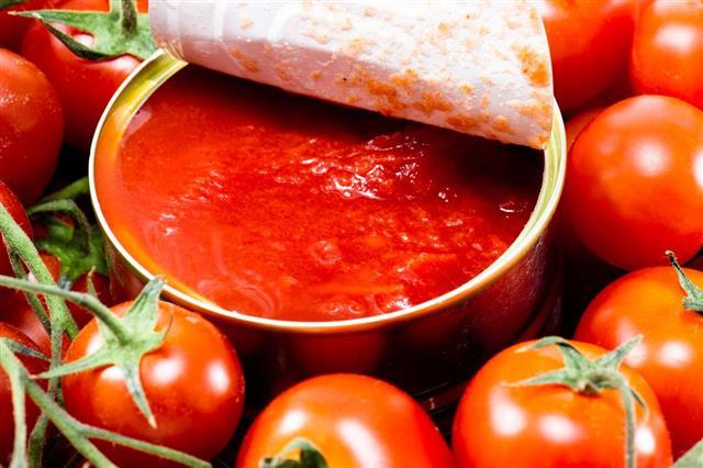 Aluminum tin can and tomato