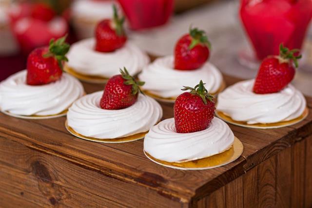 Meringue cake with strawberries