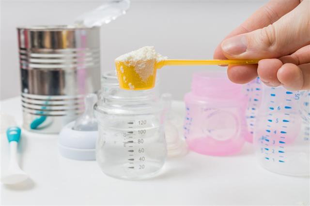 Preparing milk formula for feeding