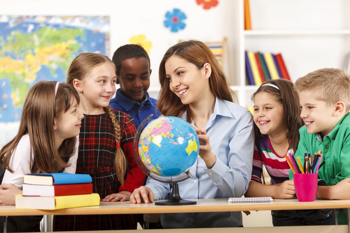 https://pixfeeds.com/images/25/554559/1200-477633505-teacher-and-children.jpg