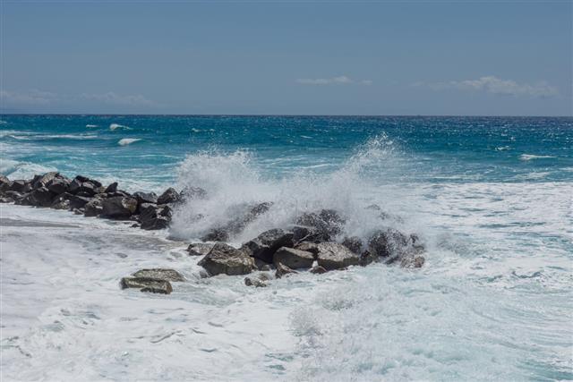 在海滩的暴风雨的一天