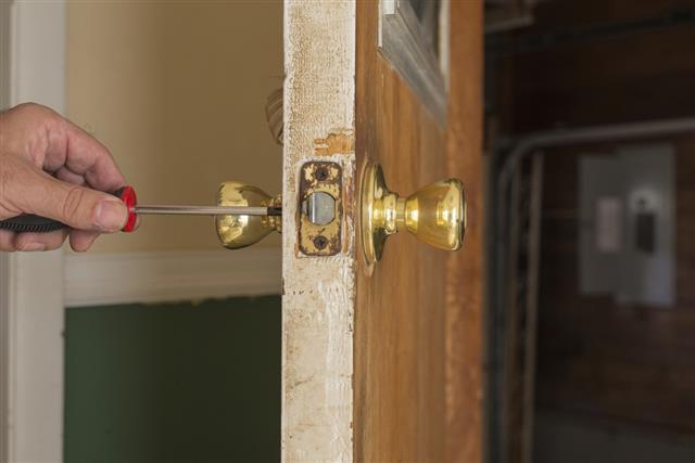 Removing Door Knob