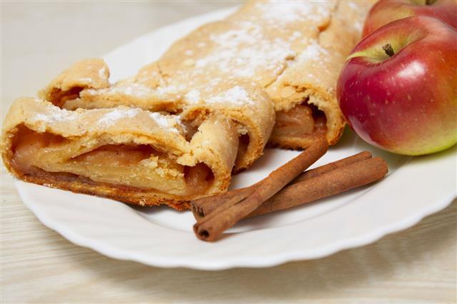 Sweet Apple Pie With Cinnamon