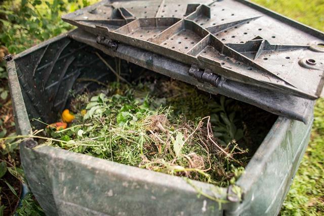 Plastic composting bin
