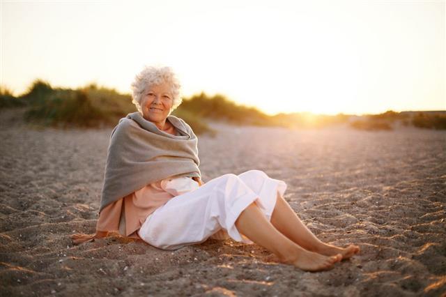 Женщины пожилого возраста желающие познакомиться на пляже — pic 2