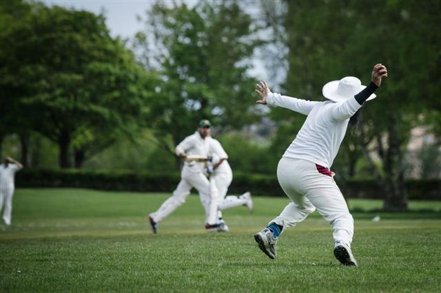 Fielder Throws Ball In Cricket