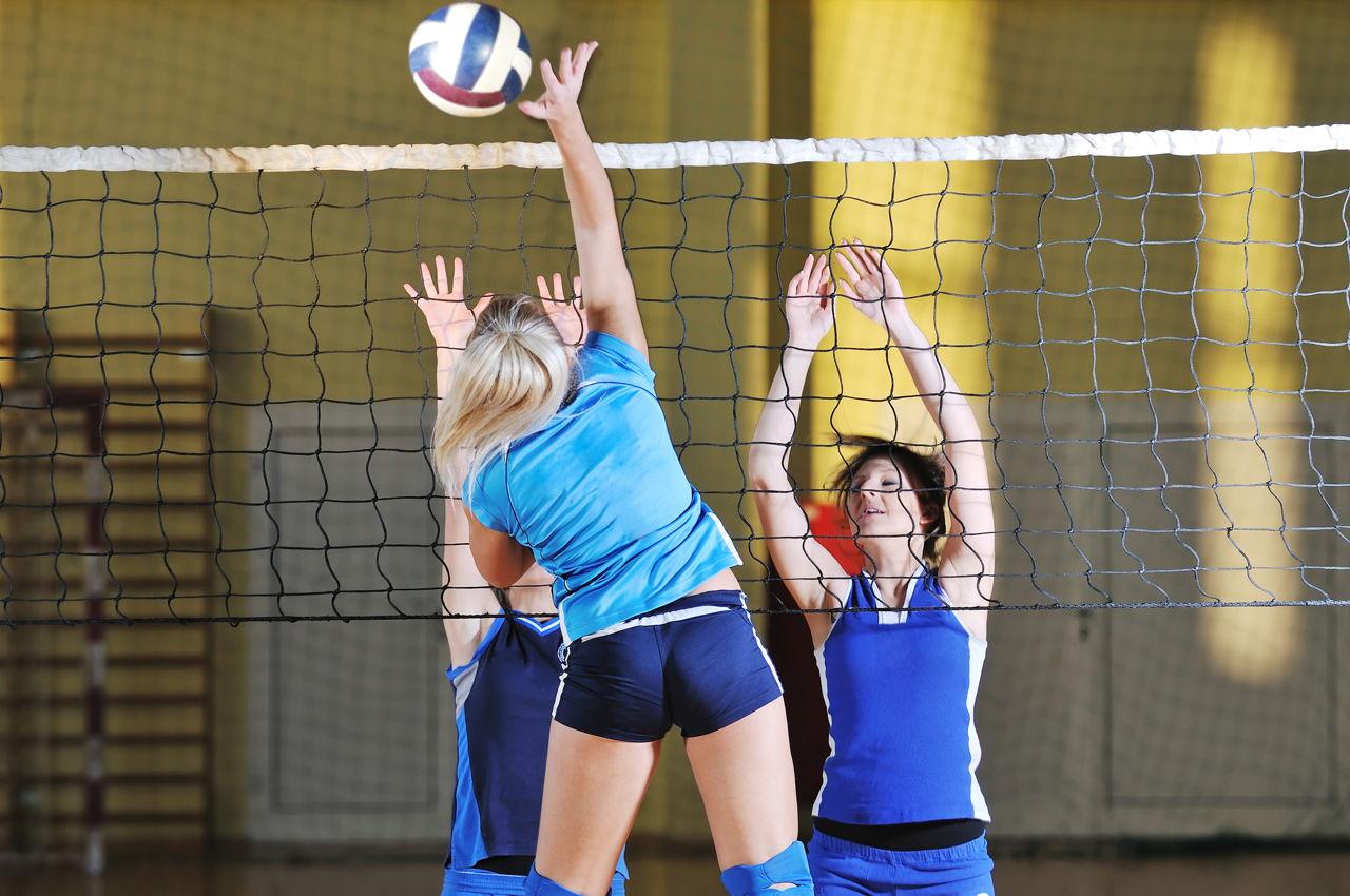 Телка на волейболе, Девчонки устроили обнаженный волейбол на пляже 22 фотография