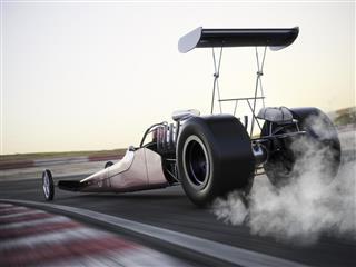 Dragster che corre in pista con burnout